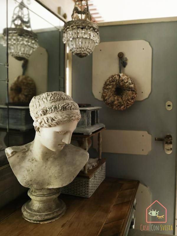 Ingresso dettagli décor chandelier busto in marmo