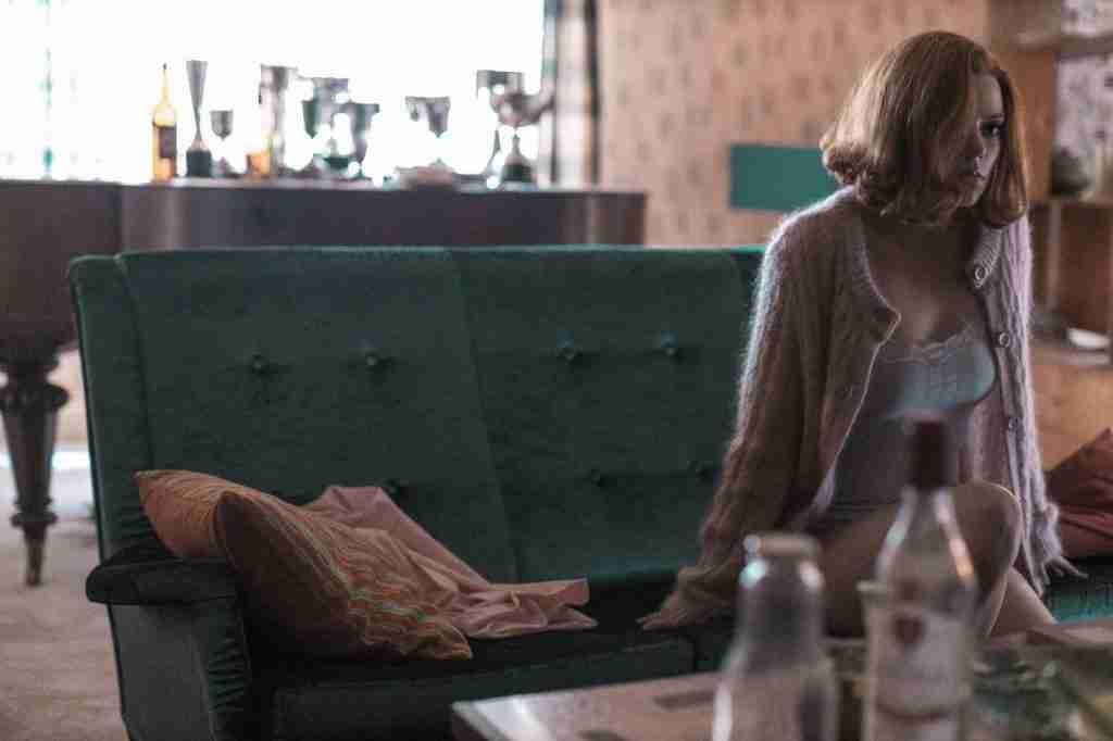regina-scacchi-netflix-soggiorno-divano-restyling