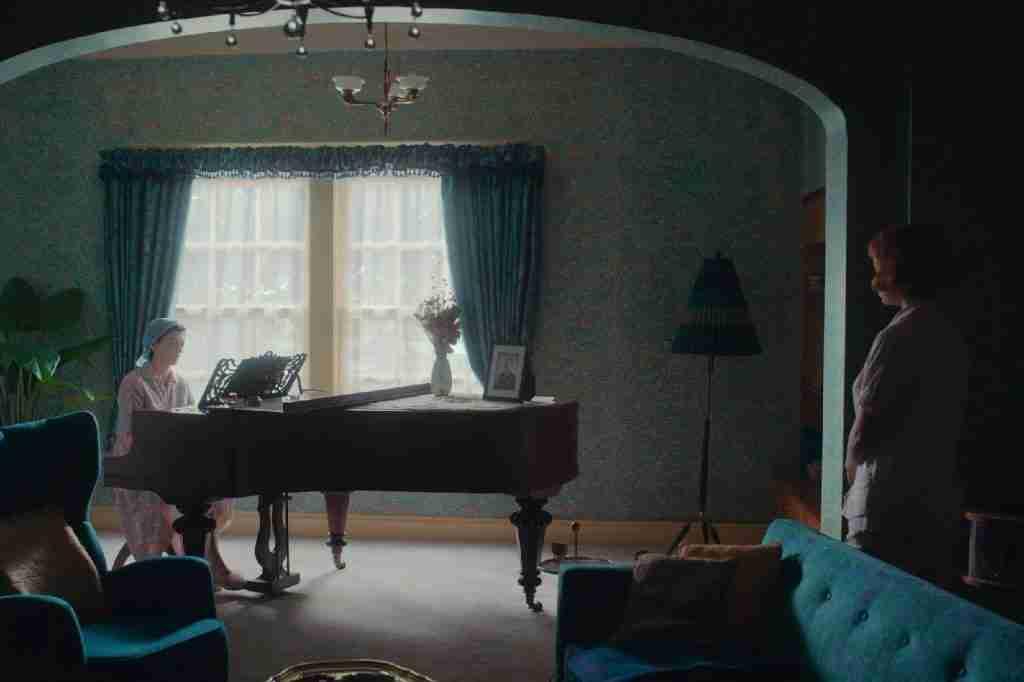 regina-scacchi-netflix-soggiorno-pianoforte
